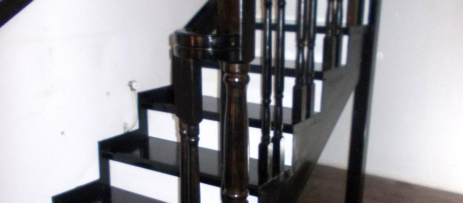 Scara interioara din lemn masiv de fag pe vanguri