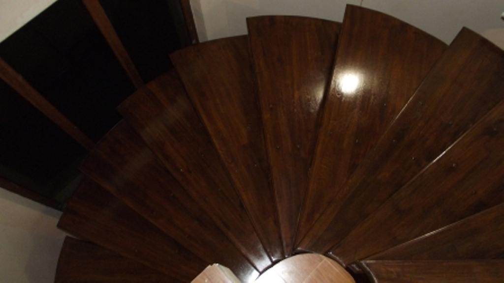 Scari din lemn balansate , forma elicoidala