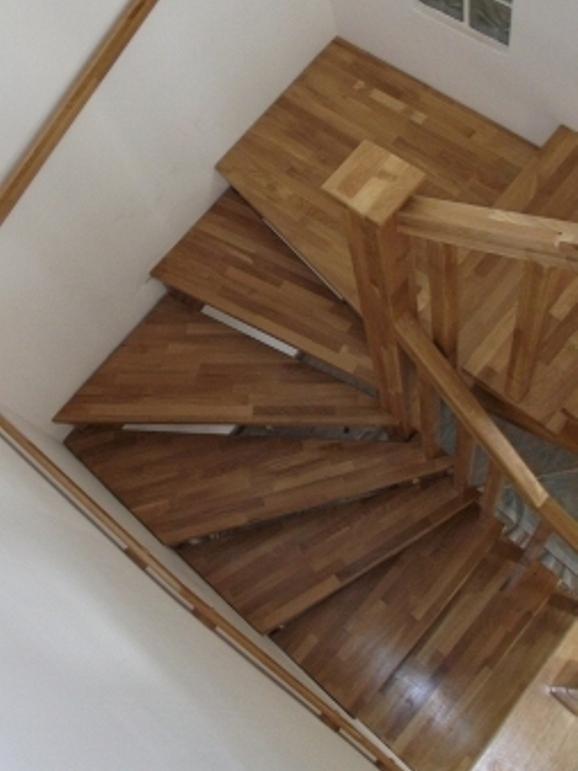 Scari din lemn  pe vanguri cu intoarcere la 180 gr cu tepte in unghi
